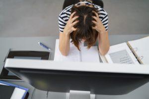 Verzweifelte Doktorandin rauft sich die Haare